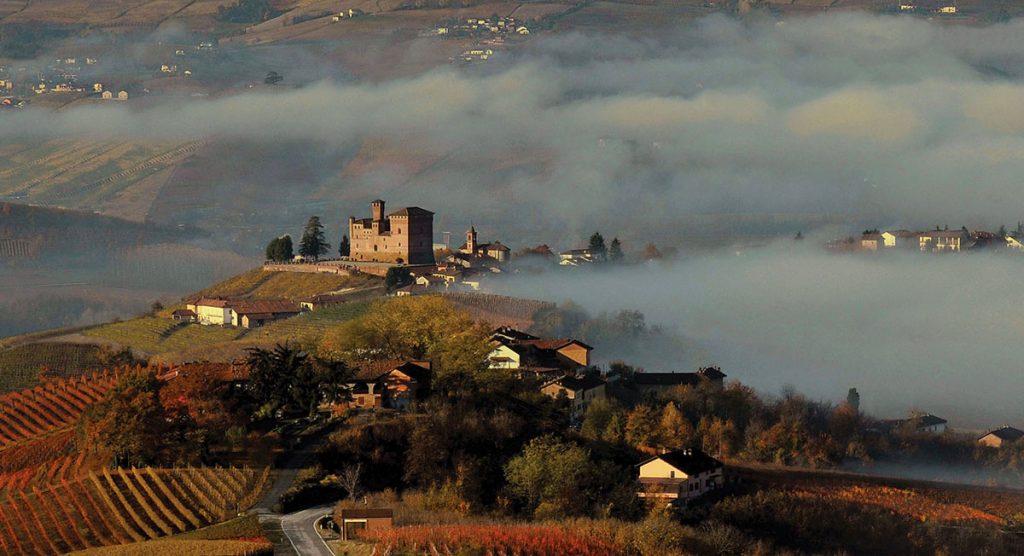 Guardando il Castello di Grinzane…