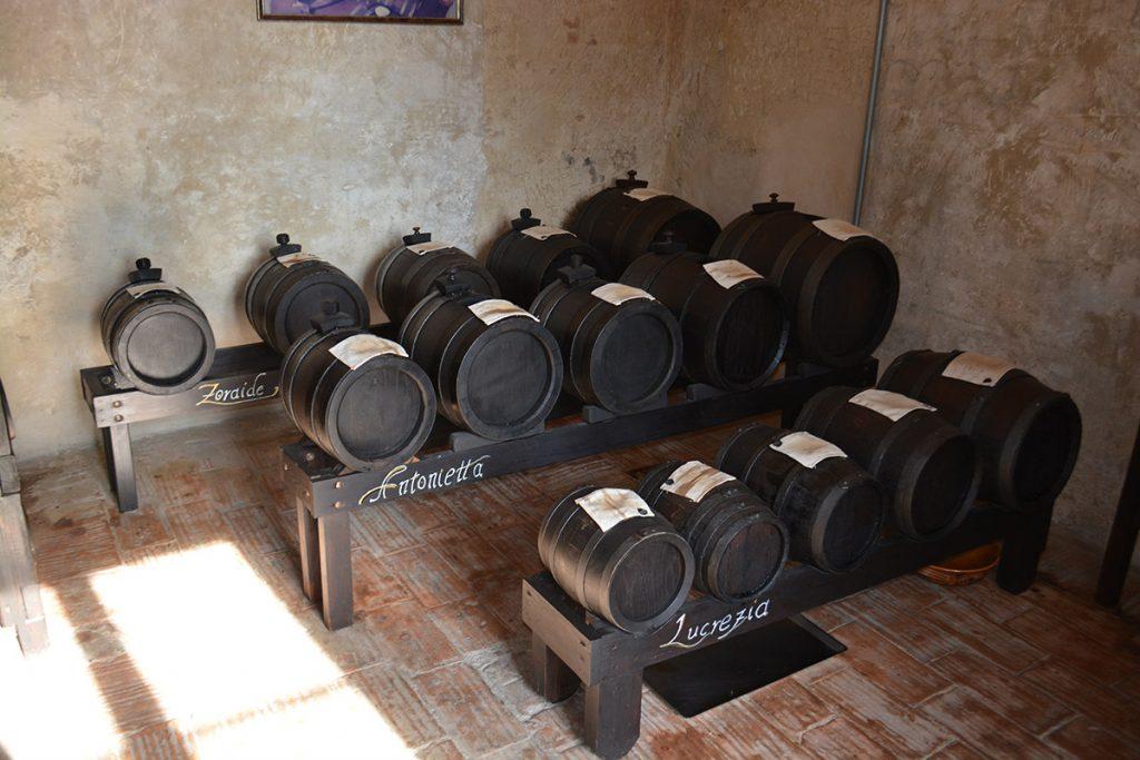 Batterie di aceto balsamico tradizionale in soffitta